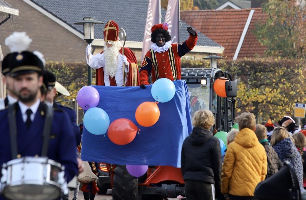Sinterklaas en zijn pieten zijn warm onthaald in Geesteren